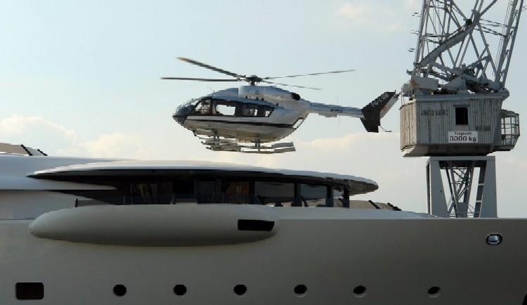 Une nouvelle idée super yacht 70 m le WM70 - Page 2 15286-yacht-helicopters-my-pelorus-2