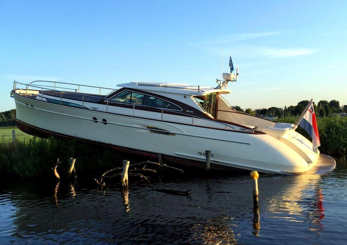 Yacht-Diva-hits-dyke-BW.jpg